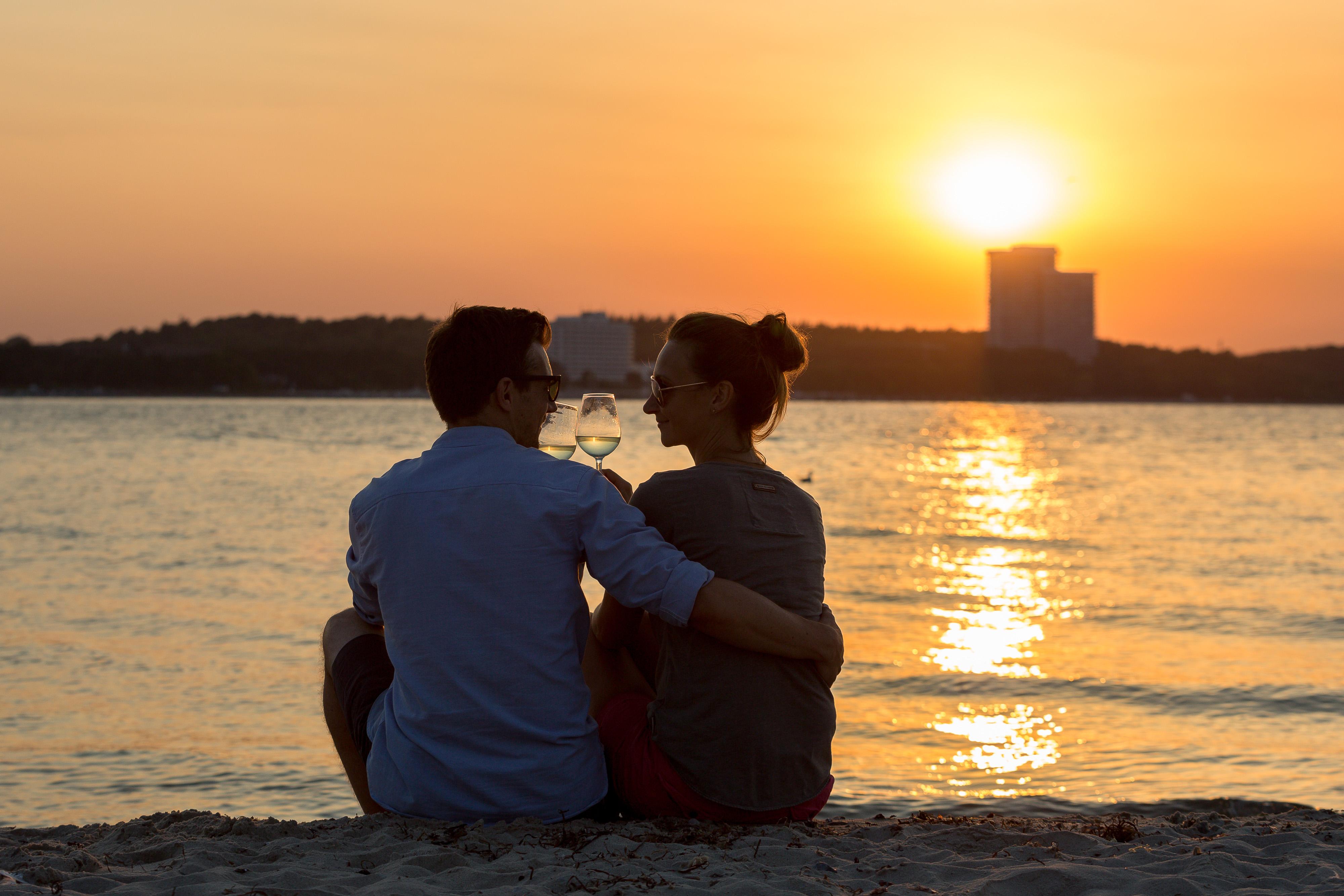 Romantik beim Sonnenuntergang am Strand