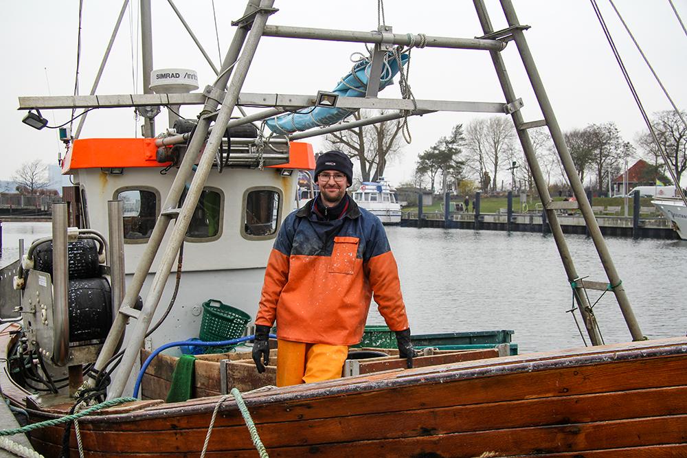 Peter Dietze ist einer der drei Fischer im Niendorfer Hafen. Er sucht einen Azubi für seinen Betrieb.