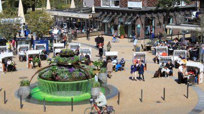 Der Timmendorfer Platz strahlt wieder in bunten Farben: Pünktlich zum Osterwochenende wurde die Bepflanzung des Brunnens fertiggestellt.