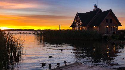 Der Sonnenaufgang am Hemmelsdorfer See. Hier kann man ab sofort Tretboote mieten.