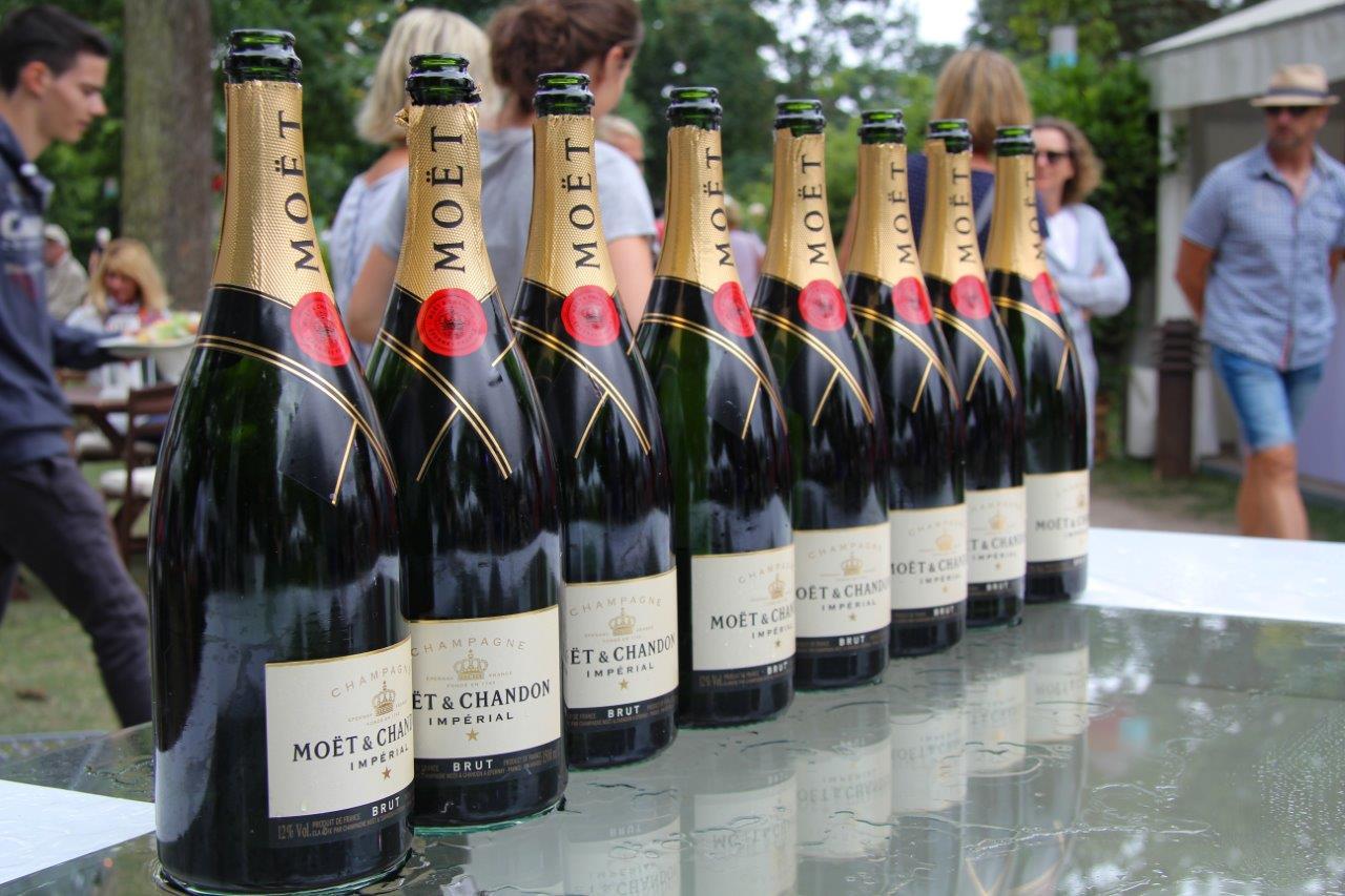Zur Eröffnung gibt es eine Champagnerpyramide